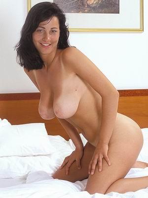 Jeune femme à grosse poitrine aimerait rencontrer mec bien membré pour branlette espagnole